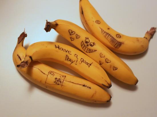我常常在小孩子午餐里的香蕉上画各种各样的图样,有鬼脸,也有可爱的