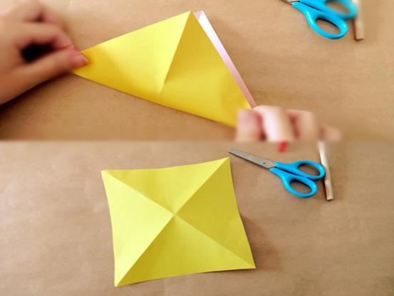 取一张方形彩纸,沿对角折一折